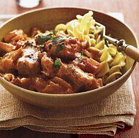 Фото к рецепту: Свинина с макаронами в нежном соусе