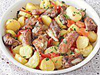 Фото к рецепту: Свинина с овощами в духовке