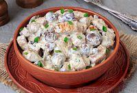 Фото к рецепту: Свинина, тушенная с грибами, в сметанном соусе