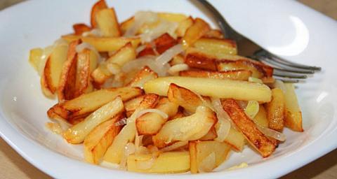жареная картошка с луком на сковороде с корочкой