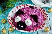 Фото к рецепту: Салат «Сельдь под шубой» в виде свинки