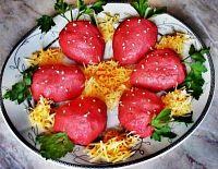 Фото к рецепту: Закуска «Клубничка» («сельдь под шубой»)