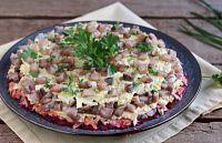 Фото к рецепту: Слоёный салат с селёдкой, маринованными грибами и свёклой