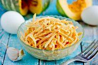 Фото к рецепту: Салат из тыквы с яйцом и чесноком